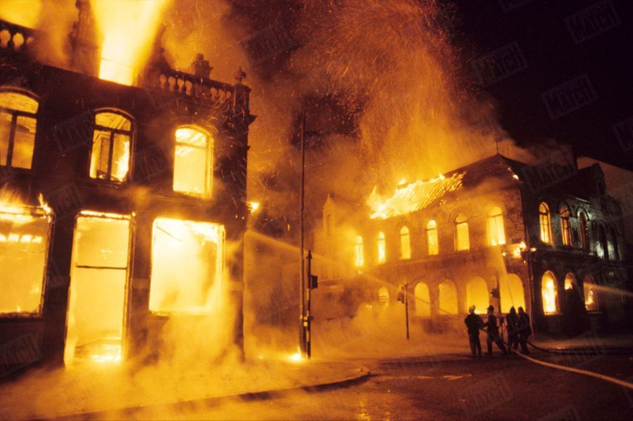 «Crumline Road à Belfast. Les protestants ont incendié deux maisons catholiques; les pompiers sont intervenus, mais c'est pour protéger les immeubles protestants voisins qui restent intacts.» - Paris Match n°1060, 30 août 1969