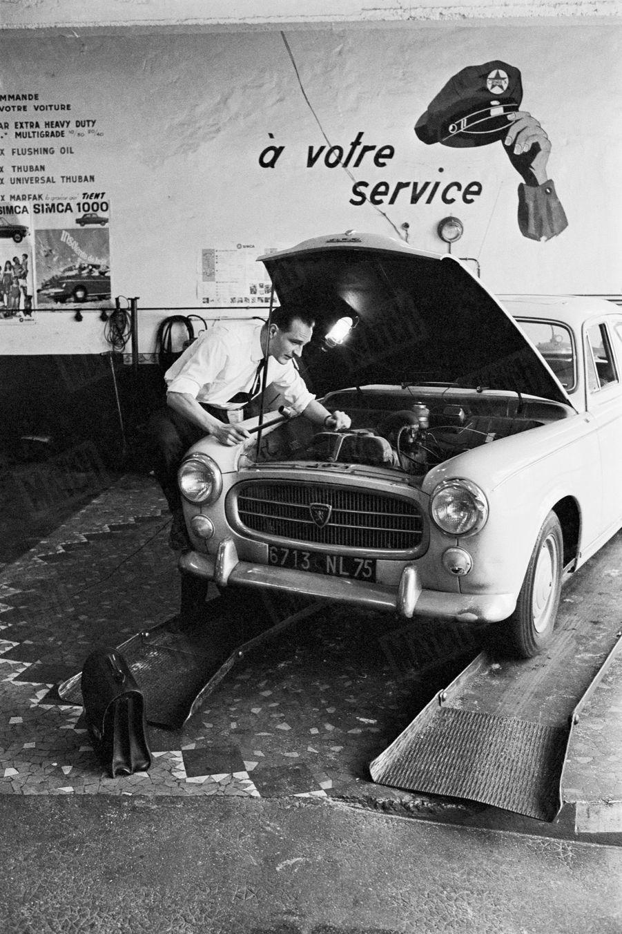 «Les nouveaux ministres : Jacques Chirac, le benjamin des quatre, est passé directement du cabinet du Premier ministre au secrétariat d'État à l'Emploi. Corrézien, il avait réussi l'exploit de conquérir de haute lutte un siège de député dans son pays natal. A bord de sa vieille 403 gonflée qui monte à 180, deux fois par semaine, il fait 1 000 km pour rejoindre son département». - Paris Match n°941, daté du 22 avril 1967.