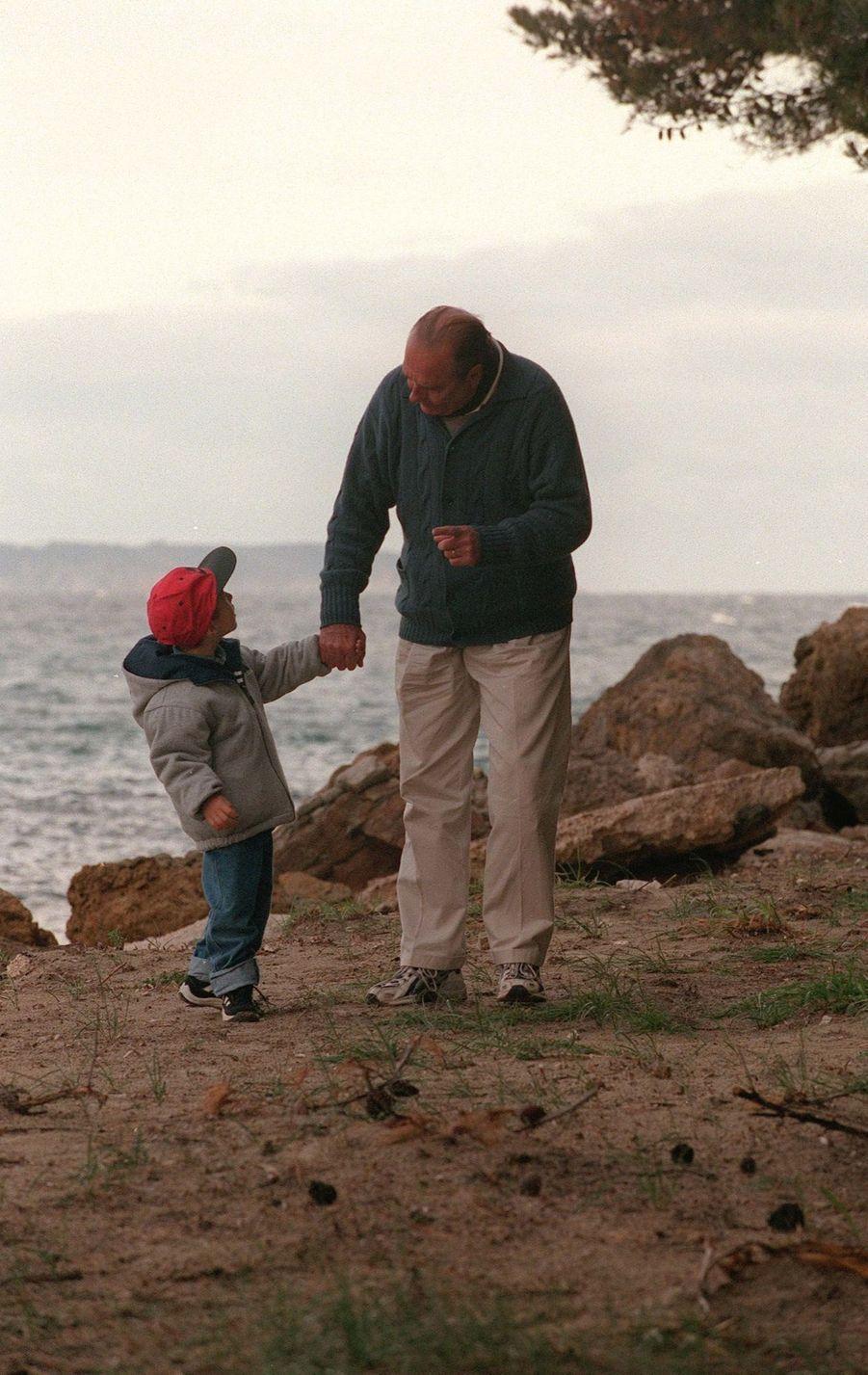 « Comme des millions de Français, Jacques Chirac a profité du week-end de Pâques pour prendre un peu de repos. Au pied du fort de Brégançon, le chef de l'Etat serre tendrement dans ses bras son petit-fils Martin. » - Paris Match n°2658, 4 mai 2000.