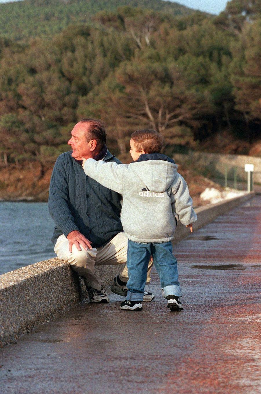 Jacques Chirac le président grand-père avec son petit-fils Martin, lors d'une promenade au pied du fort de Brégançon, en avril 2000.