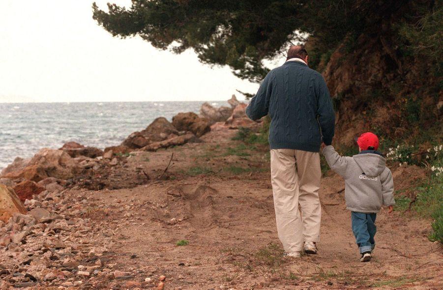 « 19 h 30. Au pied du fort de Brégançon, le président et son petit-fils achèvent leur chemin de ronde sur une dernière leçon de choses. » - Paris Match n°2658, 4 mai 2000.