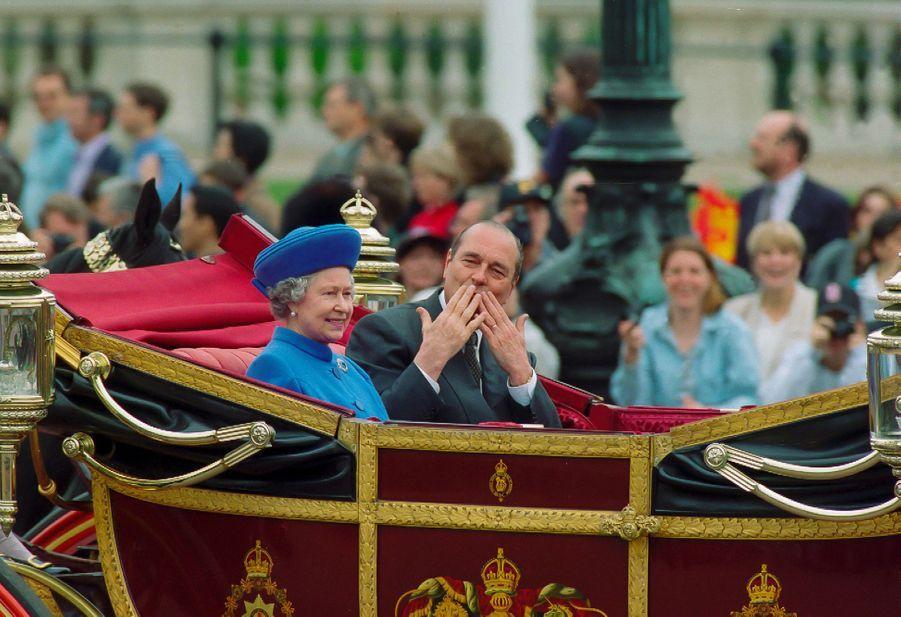 Jacques Chirac avec la reine Elizabeth II à Londres en mai 1996. Ses baisers envoyés à la foule avaient agacé les tenants les plus stricts du protocole...