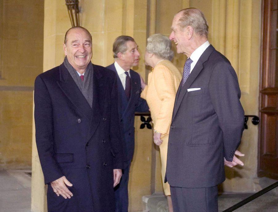 Jacques Chirac avec le prince Philip, la reine Elizabeth et le prince Charles lors d'une visite d'état du président français en 2004.