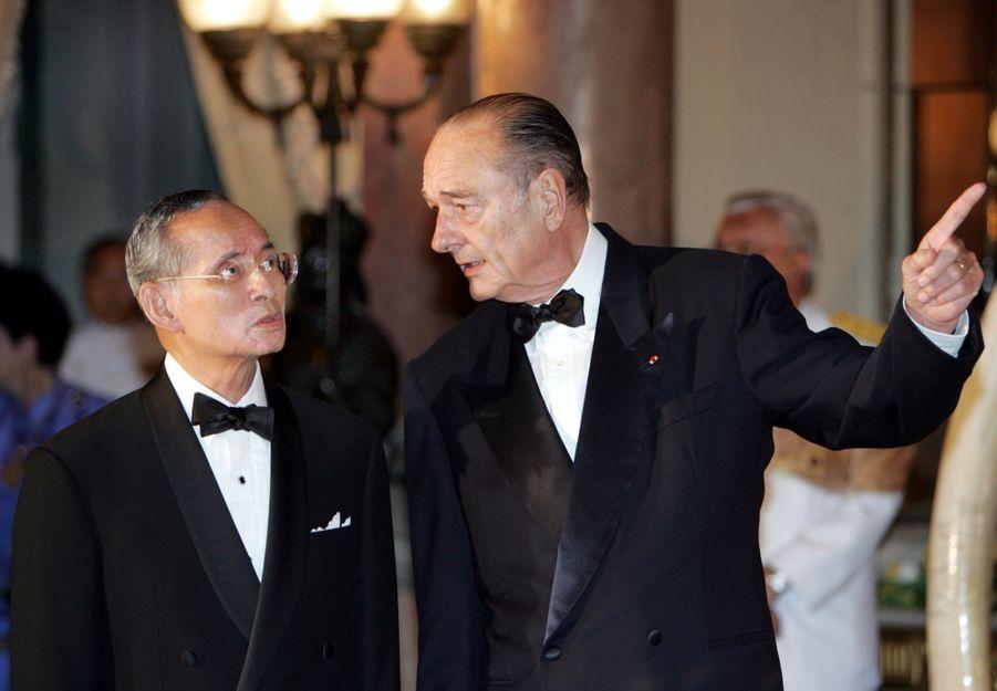 Jacques Chirac avec le roi Bhumibol de Thaïlande, à Bangkok en février 2006.