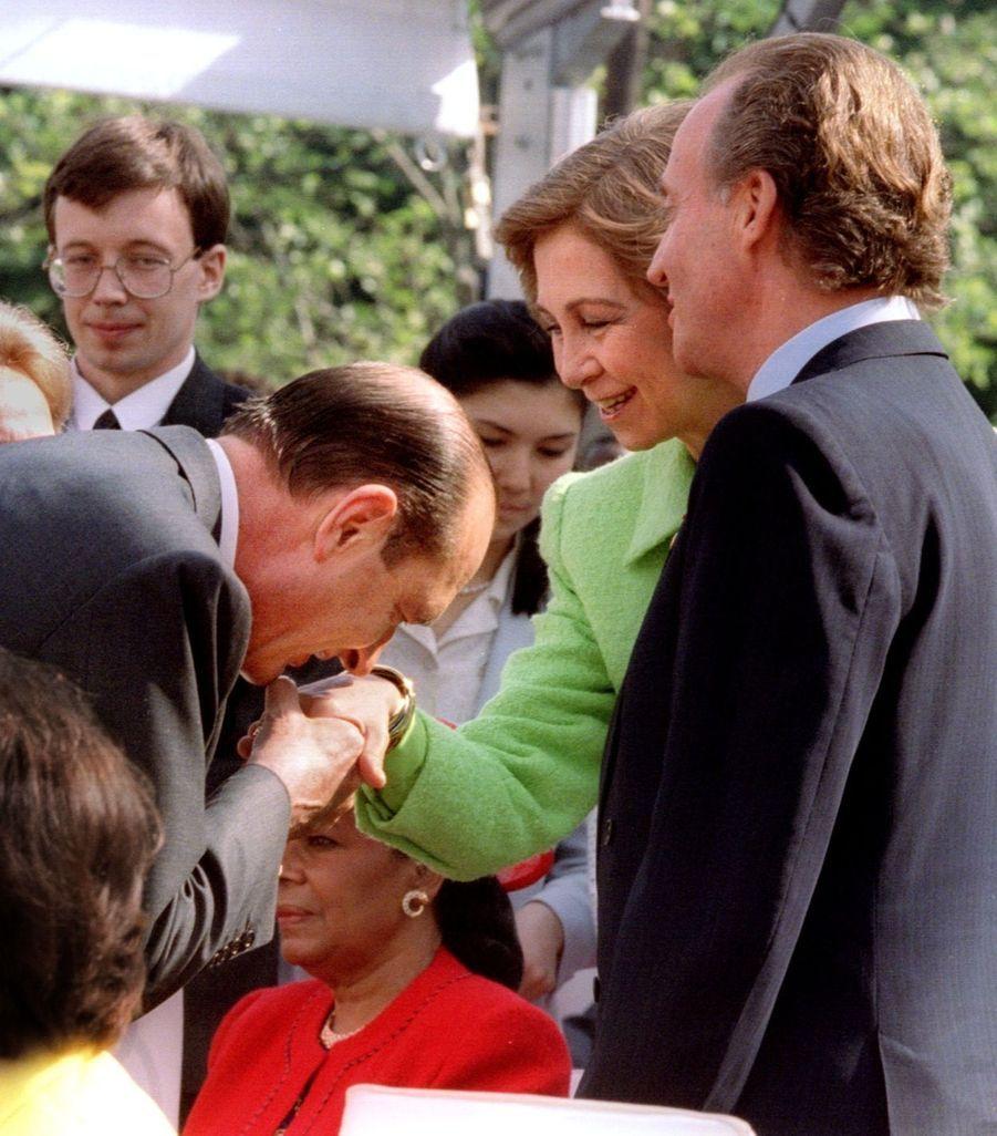 Jacques Chirac avec la reine Sofia d'Espagne et Juan Carlos au 50e anniversaire de la fin de la Seconde guerre mondiale, le 8 mai 1995.