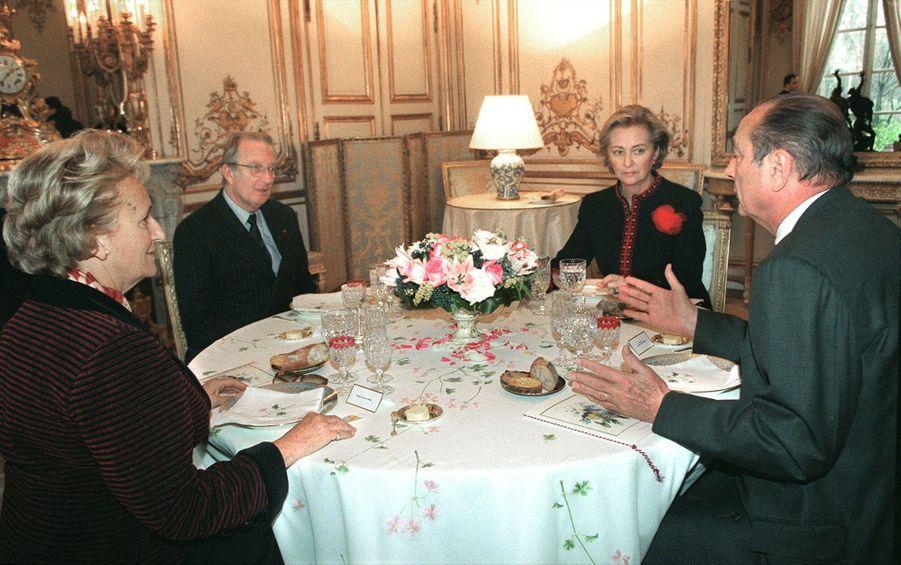 Jacques Chirac et son épouse Bernadette reçoivent le roi des Belges Albert II et son épouse la reine Paola à l'Elysée en décembre 1997.