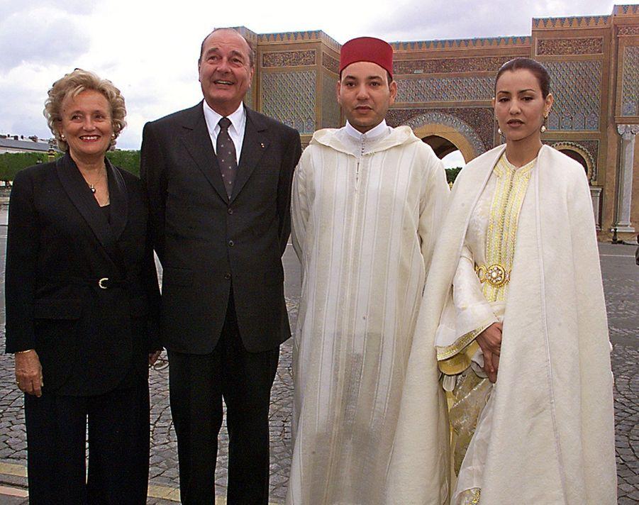 Jacques Chirac et son épouse Bernadette avec le Sidi Mohammed - futur Mohammed VI du Maroc - et sa soeur Lalla Meryem, posant devant une réplique de la Porte Bab-el-Mansour de Meknès, à Paris en avril 1999.