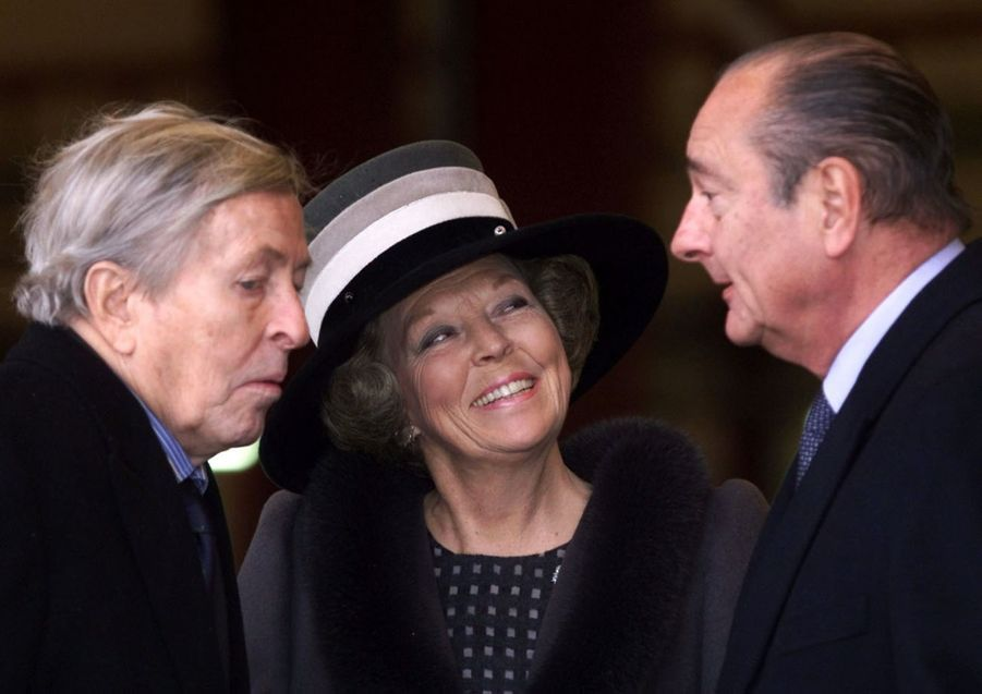 Jacques Chirac avec la reine Beatrix et son époux le prince Claus à l'éaeroport de Maastricht, en février 2000.