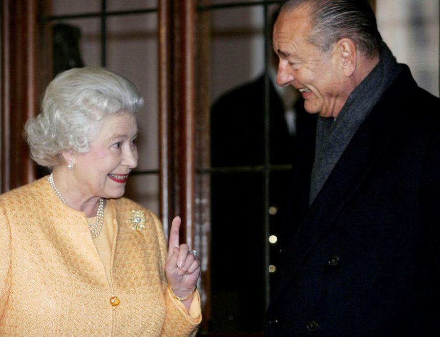 Jacques Chirac avec la reine Elizabeth II, célébrant le centenaire de l'Entente cordiale, au château de Windsor en novembre 2004.