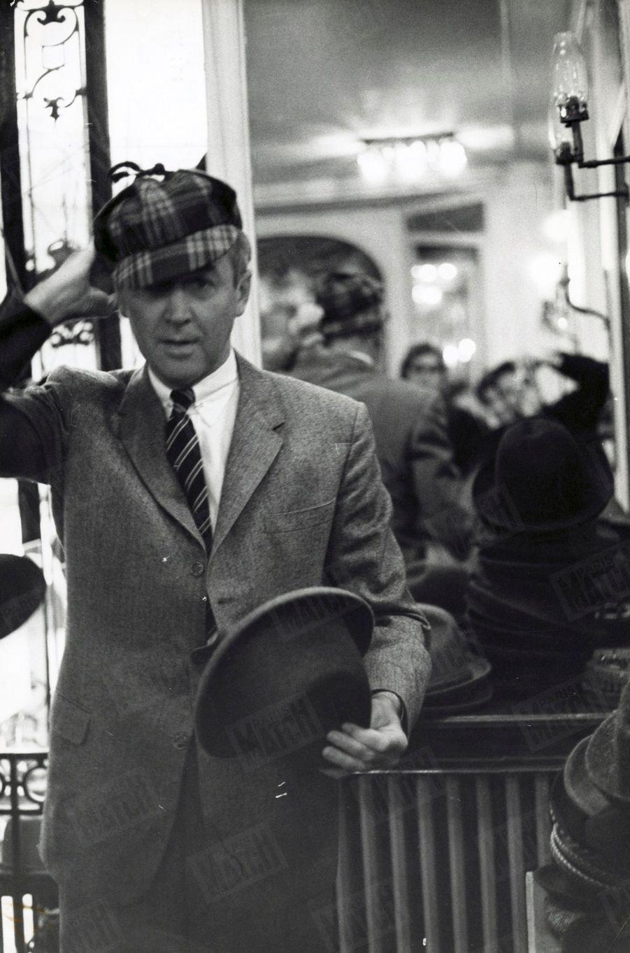 « James Stewart en Sherlock Holmes » - Paris Match n°553, daté du 14 novembre 1959.