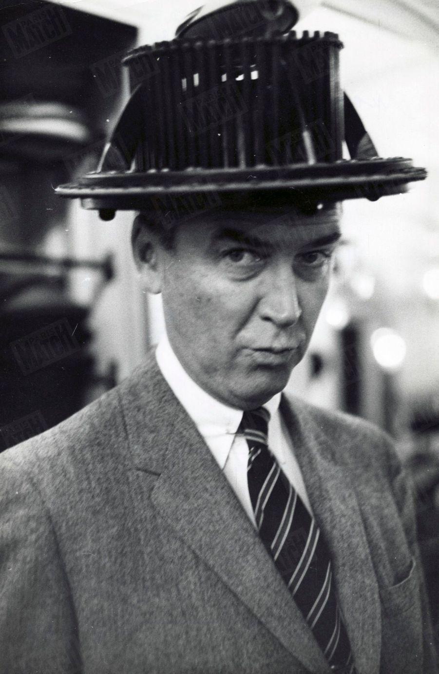 « Le premier chapeau est trop discret, le second trop encombrant : c'est l'appareil à mesurer le tour de tête ».James Stewart dansParis Match n°553, daté du 14 novembre 1959
