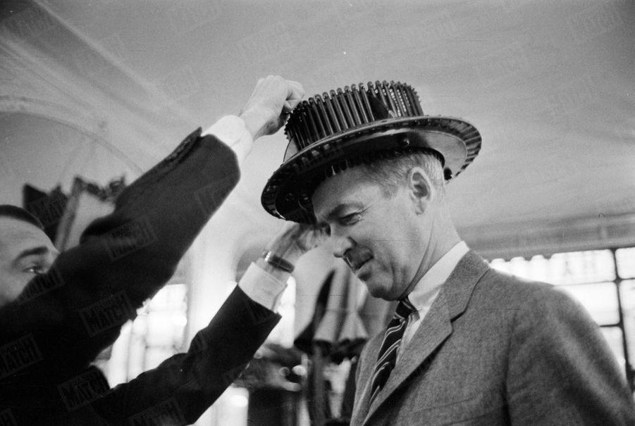 « James Stewart, 2000 heures de vol comme général d'aviation, 26 000 heures de film comme acteur, est venu en Europe pour chasser : la grouse en Ecosse et l'isard en Espagne. Entre ses coups de fusil, il n'a salué Paris que de quelques coups de chapeau. » - Paris Match n°553, daté du 14 novembre 1959