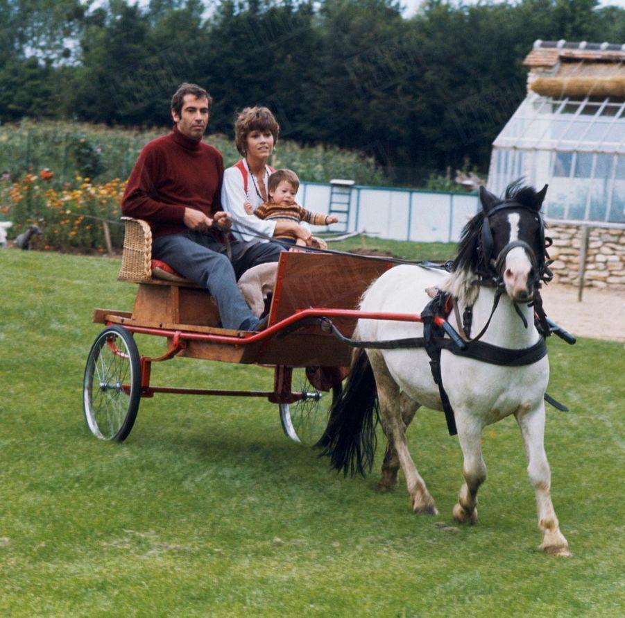 Jane Fonda et Roger Vadim avec leur fille Vanessa dans leur propriété de campagne, à 80 km de Paris, en 1969.