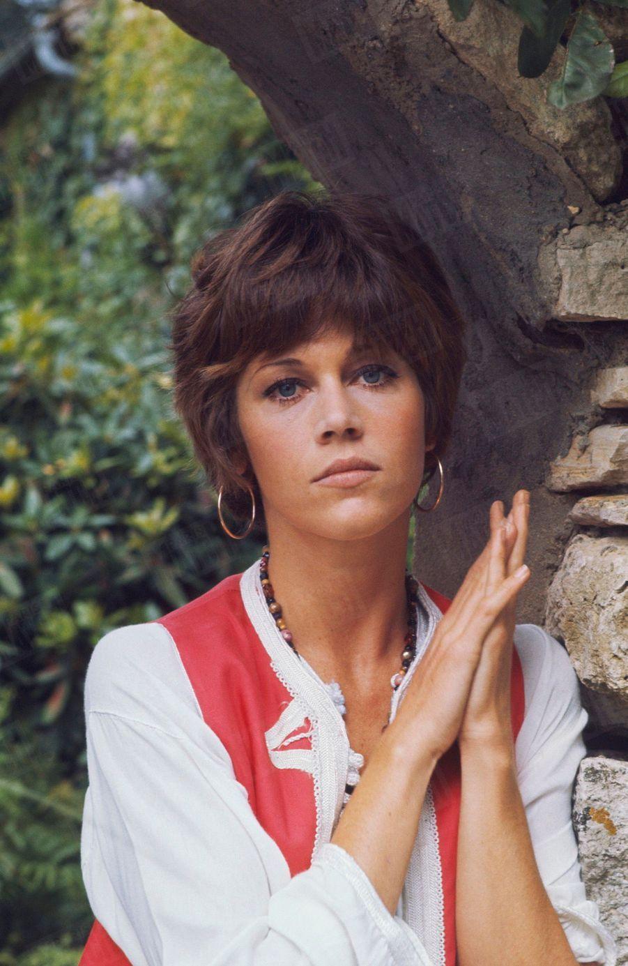 Jane Fonda dans sa propriété de campagne, à 80 km de Paris, en 1969.