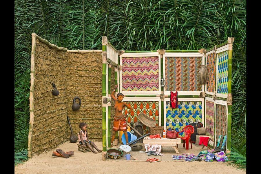 """""""Cette chambre je sors, cette chambre je cherche biens.""""Le rituel Walé impose de nombreux interdits à Walé Lokito (17 ans, 2 ans de réclusion, mère de Liema, père inconnu) comme aller aux champs, préparer ou se servir à manger. Elle passe donc la majeure partie de son temps dans sa case. Elle s'occupe d'elle et de son enfant, ou encore de ses biens accumulés en vue de sa prochaine sortie, la dot que son mari doit rassembler pour lui permettre de sortir."""