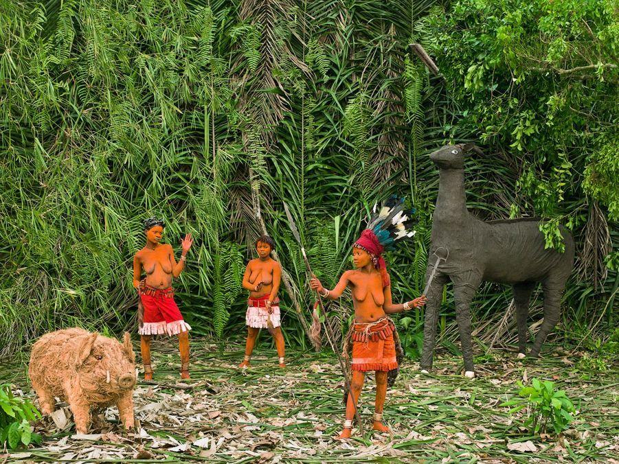 """""""Papa est chasseur grand, a tué sanglier et antilope, walé ce sont des chants d'invitation.""""Le rituel Walé a la particularité de mettre les jeunes femmes en concurrence car il va de l'honneur de la famille qu'une Walé aie plus de prestige et de pouvoir que ses rivales. Walé Lokito (17 ans, 2 ans de réclusion, mère de Liema, père inconnu) met en garde les autres Walé (Mpia et Epanza Makita): tout comme son père, réputé grand chasseur, elle a le pouvoir de se défendre contre elles."""