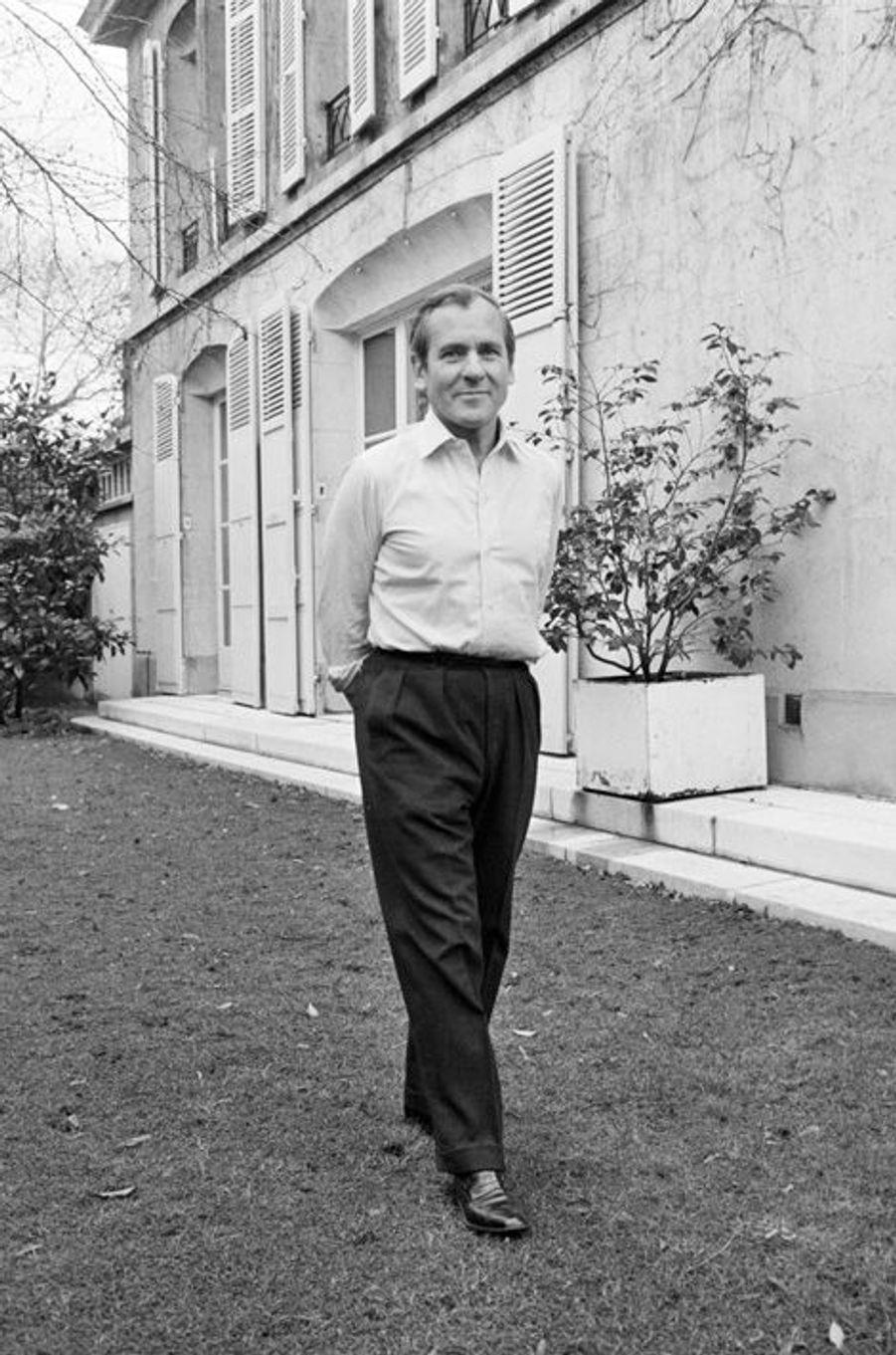 Le 15 décembre 1980 en France, l'écrivain Jean D'ORMESSON, dans son jardin, chez lui.