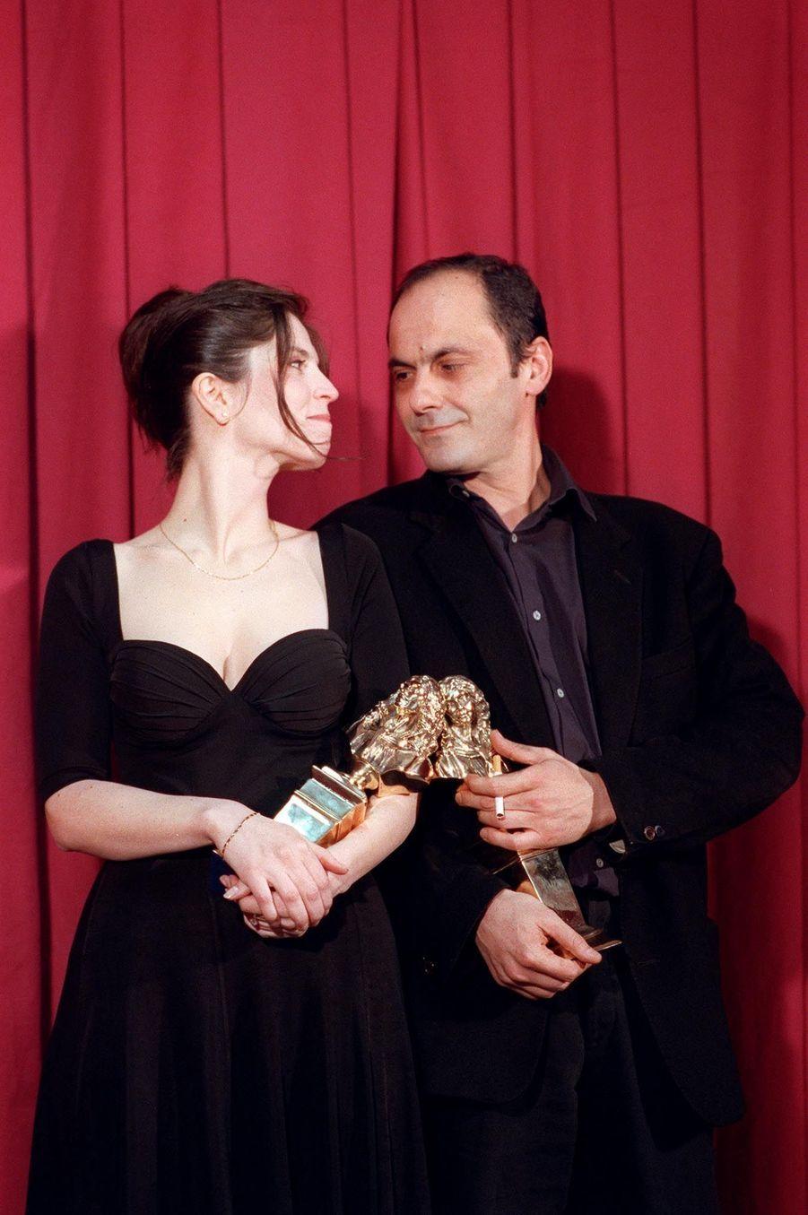 Jean-Pierre Bacri et Agnès Jaoui, reçevant le Molière de l'auteur pour « Cuisine et Dépendances », en avril 1992.