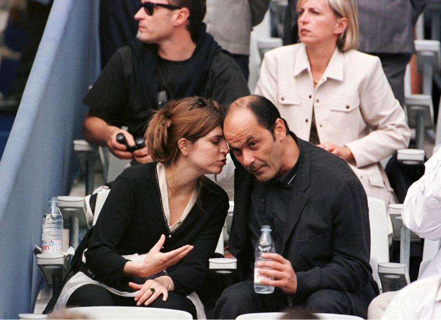 Jean-Pierre Bacri et Agnès Jaoui, dans les tribunes du Stade de France pour France-Italie, quart de finale de la Coupe du monde 1998, le 3 juillet 1998.