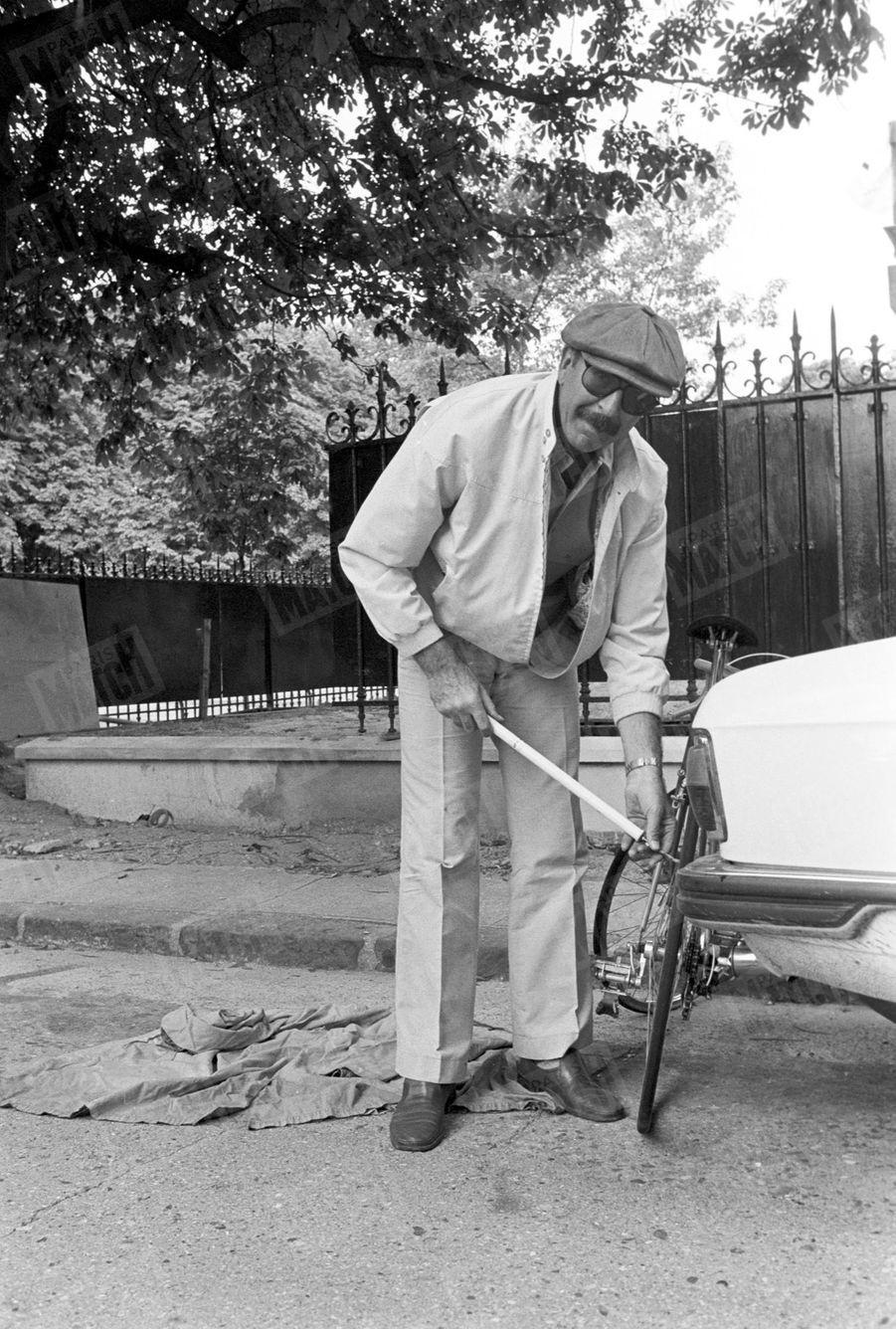 Jean-Pierre Marielle devant sa maison de Boulogne, le 14 août 1977.