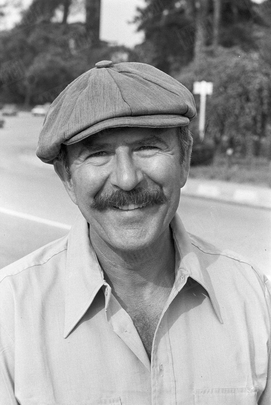 Jean-Pierre Marielle en balade à vélo dans le Bois de Boulogne, le 14 août 1977.