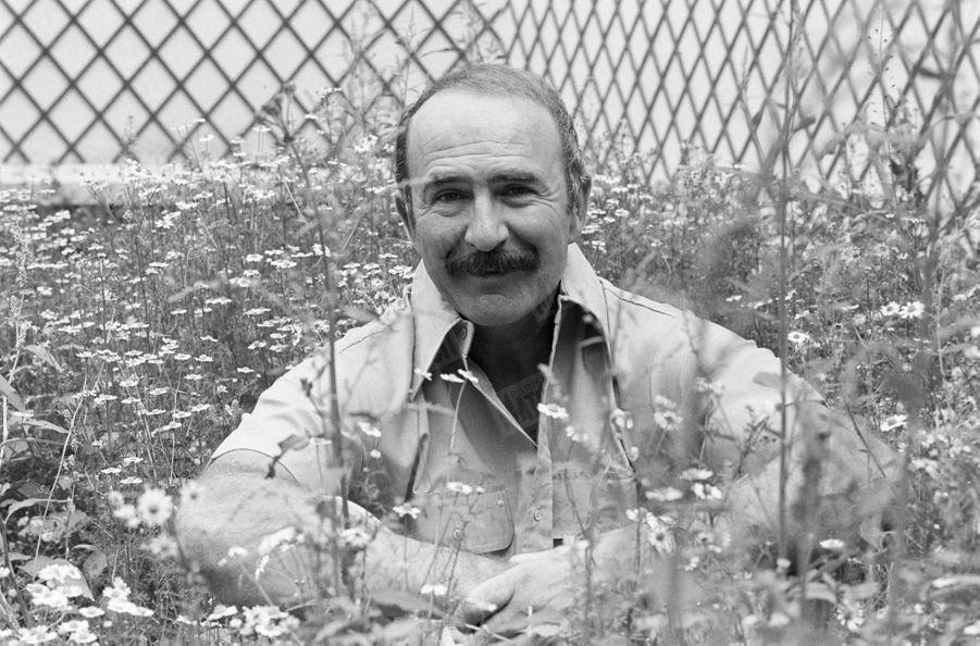 Jean-Pierre Marielle dans le jardin de sa maison de Boulogne, le 14 août 1977.