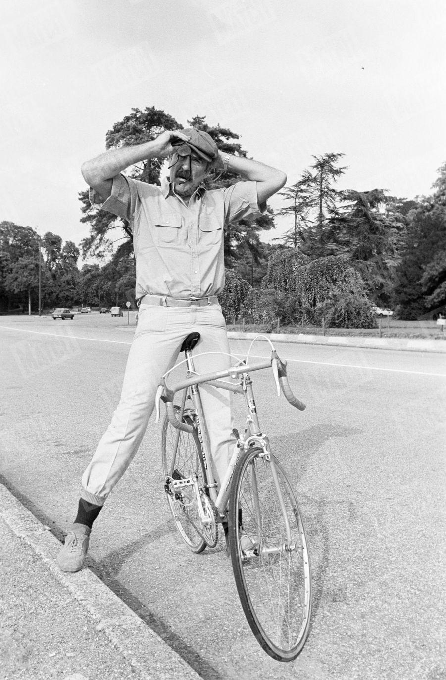 « Il se compose une silhouette à la Jacques Tati pour pédaler. » - Paris Match n°1447, 16 septembre 1977