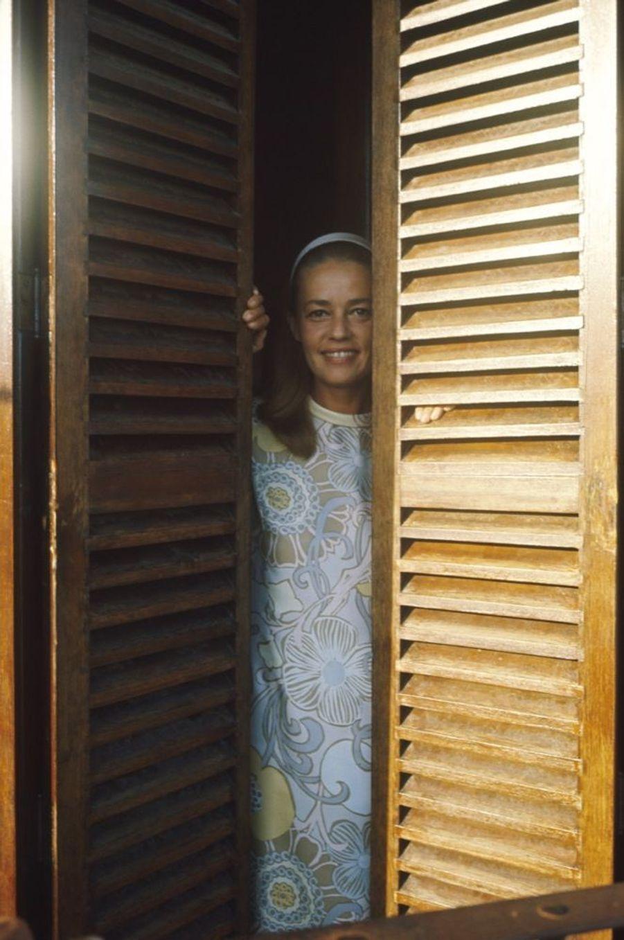 Jeanne Moreau posant en robe d'intérieur signée Pierre Cardin, sur le tournage du film « Viva Maria » de Louis Malle au Mexique, en février 1965.