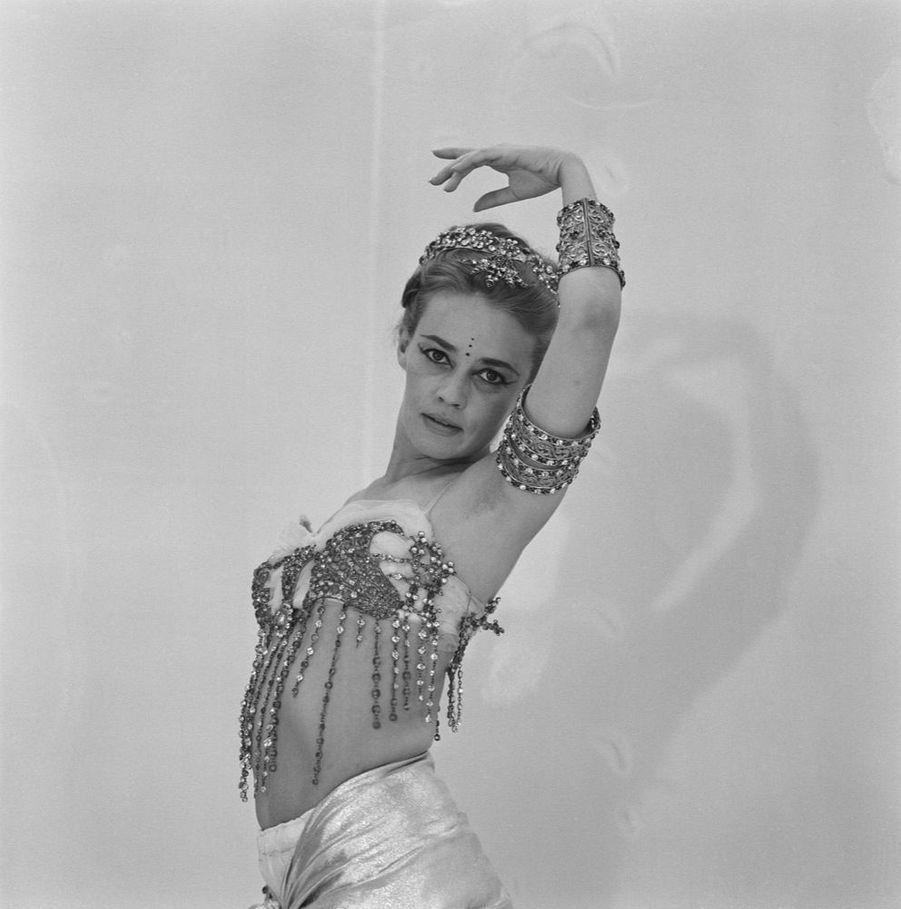 Jeanne Moreau présente dans Match les 21 costumes signés Pierre Cardin pour son film « Mata Hari », en mars 1962.