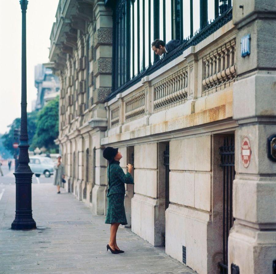 Jeanne Moreau présente dans Match la mode Cardin 1964. Ici, avec le couturier, son compagnon.