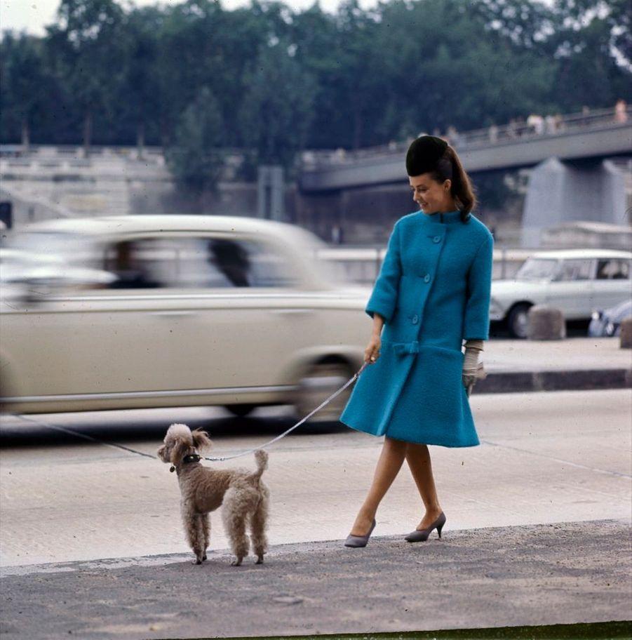 Jeanne Moreau présente dans Match la mode Cardin 1964.