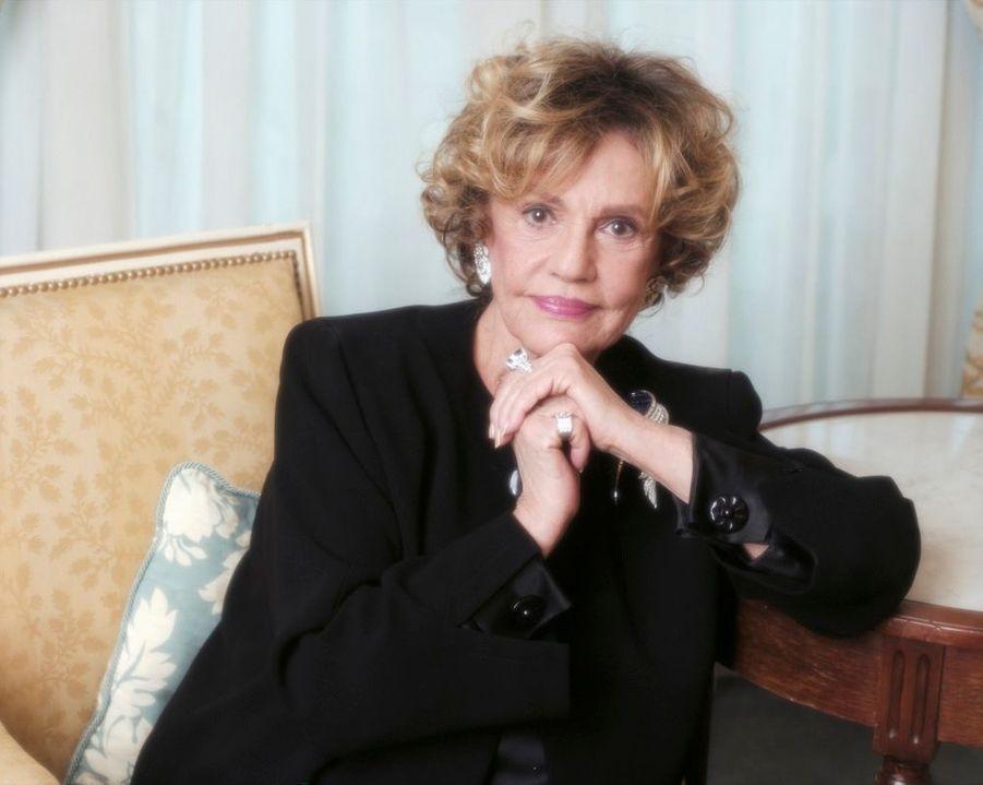 Jeanne Moreau posant dans un ensemble Pierre Cardin, à l'occasion de la sortie du film «Cet amour là», en janvier 2002.