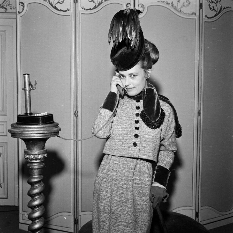 Jeanne Moreau lors des essayages du film « Mata Hari », dont les 21 costumes de l'actrice ont été signés par Pierre Cardin, en mars 1962.