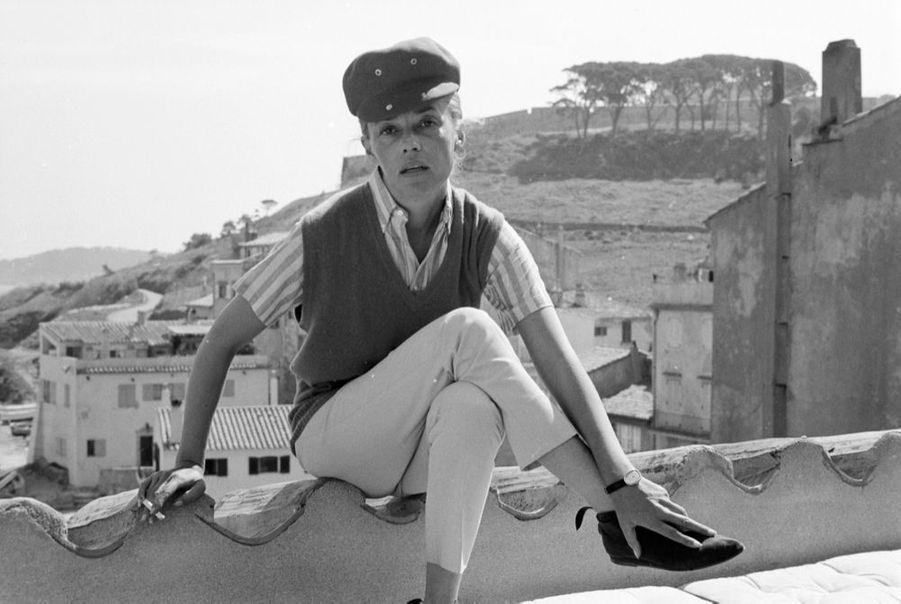 Jeanne Moreau présente dans Match la mode « Jules et Jim », signée Pierre Cardin, en avril 1962.