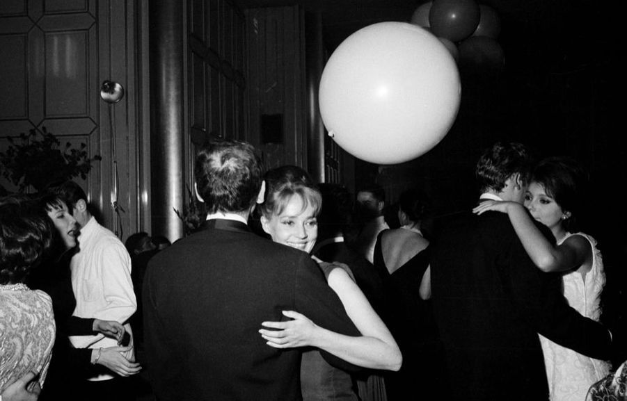 Jeanne Moreau et Pierre Cardin, lors d'une soirée dansante au premier étage de la Tour Eiffel, en novembre 1961.