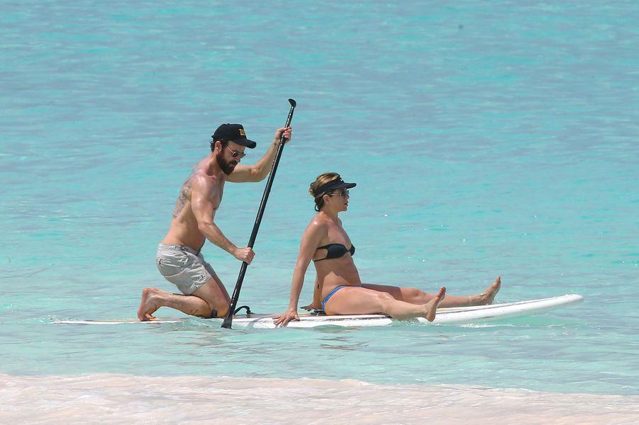 Jennifer Aniston et Justin Theroux font du paddle