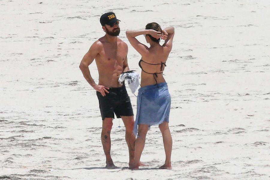 Jennifer Aniston et Justin Theroux sur une plage de l'île Eleuthera