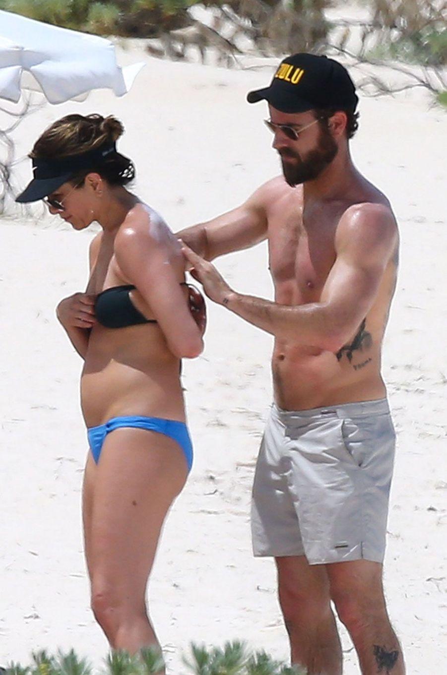 Justin Theroux met de la crème solaire à Jennifer Aniston