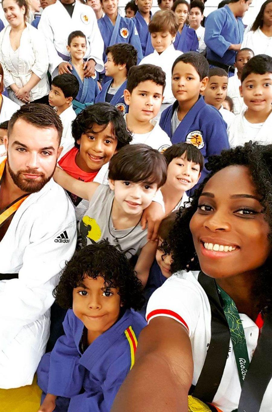 Entrainement de judo avec des enfants brésiliens pour Pricilla Gneto