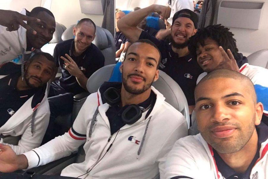 Les basketteurs français dans l'avion pour Rio
