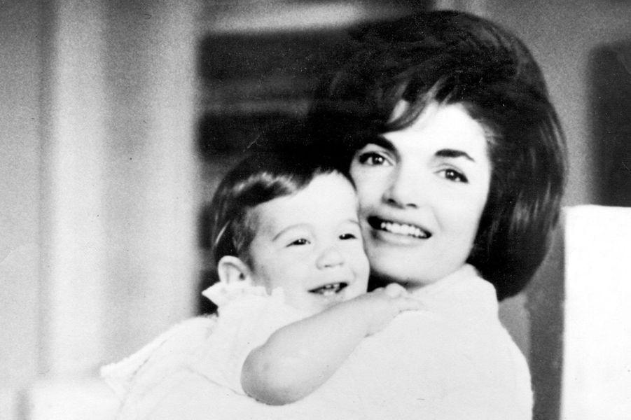 John avec sa mère Jackie Kennedy, 1961