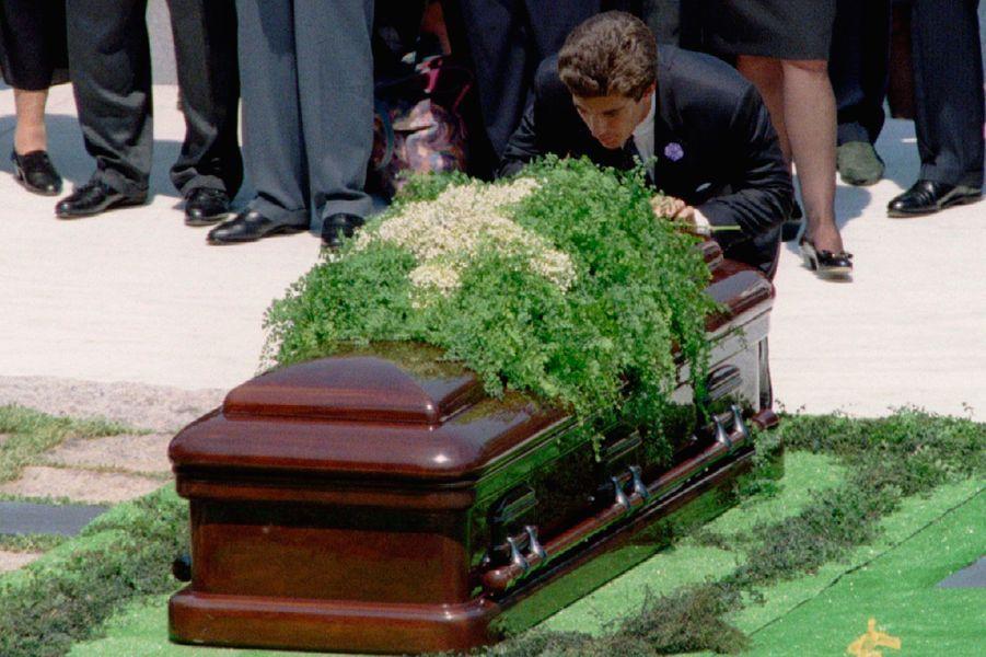 John embrasse le cercueil de Jackie, 23 mai 1994