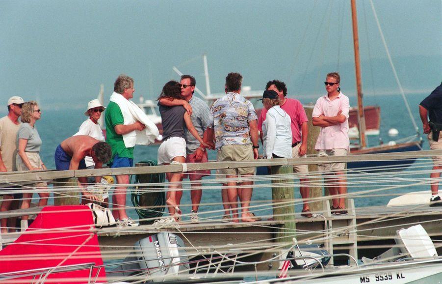 Des membres de la famille Kennedy se rassemblent à Hyannis Port, dans le Massachusetts, après la disparition de John F. Kennedy Jr., Carolyn Bessette Kennedy et de sa soeur Lauren Bessette, le 16 juillet 1999.