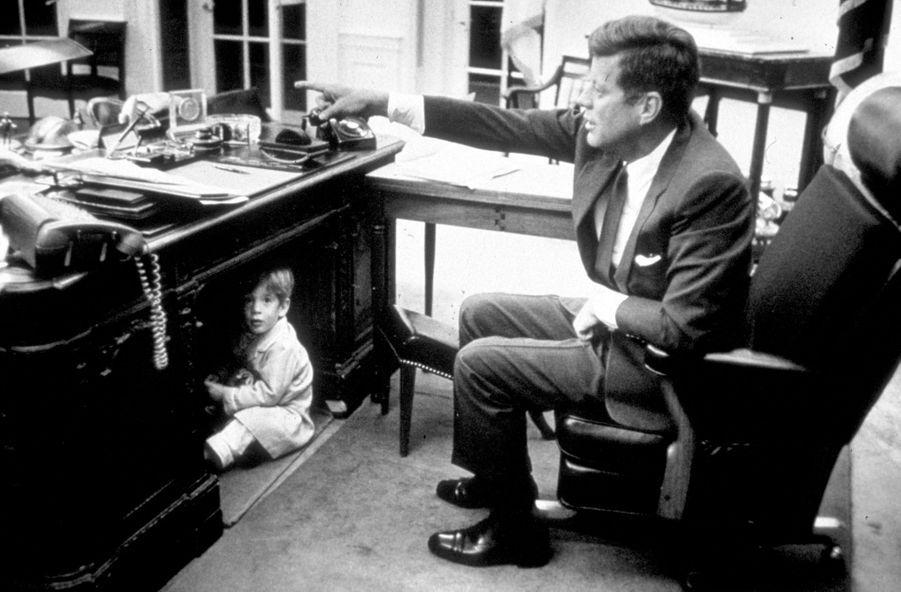 John Kennedy Jr. jouant dans le bureau ovale de la Maison-Blanche, sous les yeux de son père JFK, le 15 octobre 1963.