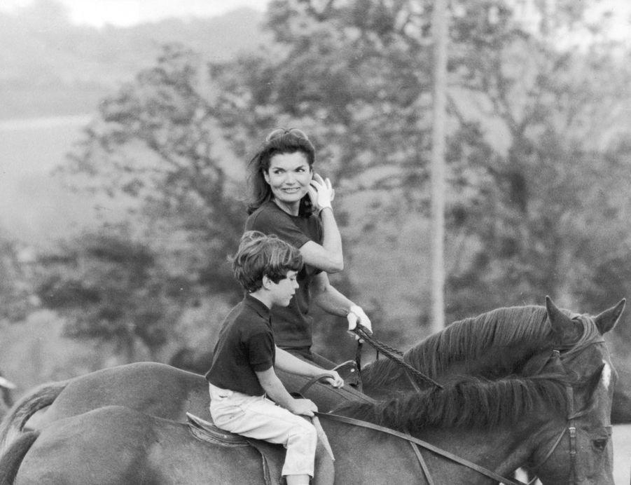 John F. Kennedy Jr. avec sa mère Jacqueline Kennedy, montent à cheval pendant leurs vacances en Irlande, en juin 1967.