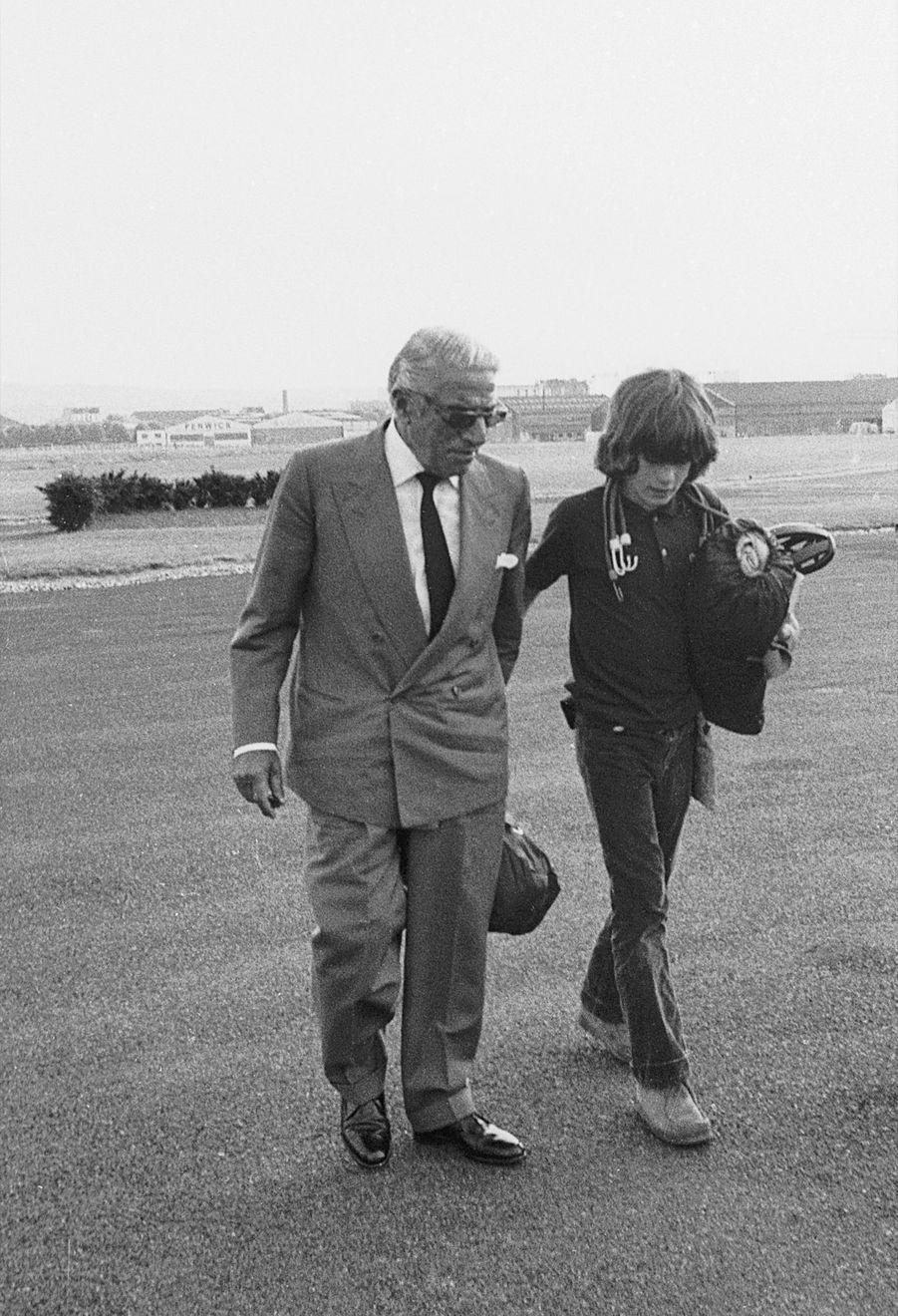 John Kennedy Jr. avec Aristote Onassis, à Paris, en juin 1973.