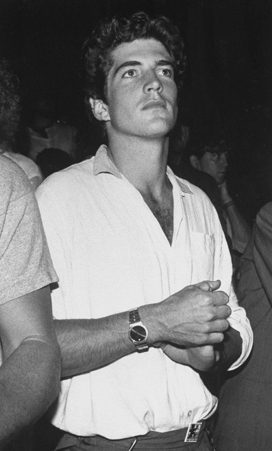 John F. Kennedy, Jr. au concert de Madonna au Madison Square Garden, le 11 juin 1985.