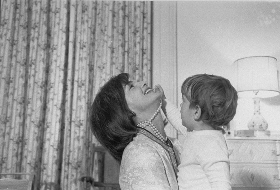 John F. Kennedy Jr. et sa mère Jackie à la Maison Blanche, en 1962.