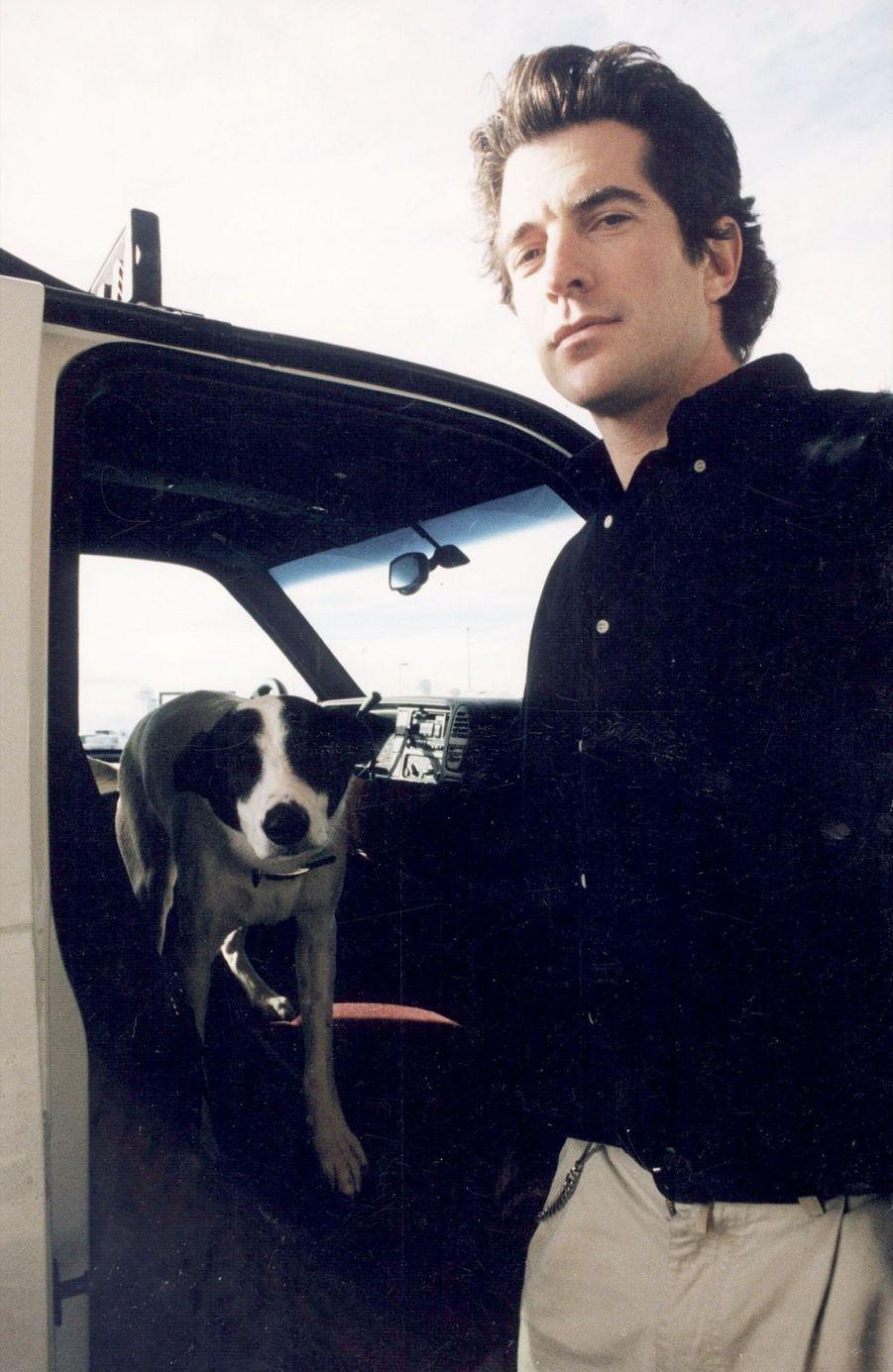 John F. Kennedy Jr. avec son chien Friday, le 30 décembre 1996, dans un aéroport de Montana.