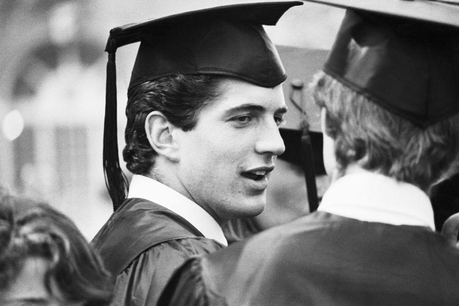 John F. Kennedy Jr. lors de la cérémonie de remise des diplômes à la Brown University, où il a obtenu un diplôme sur les Arts dans l'Histoire, le 6 juin 1983.